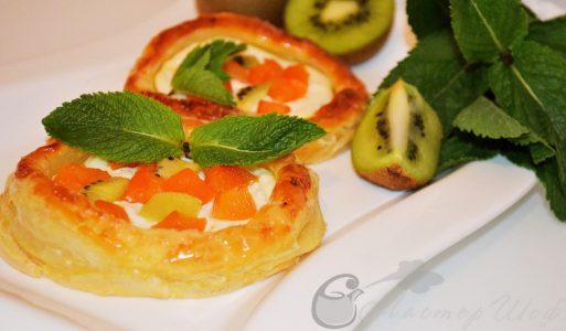 Тарталетки из слоеного теста с фруктами