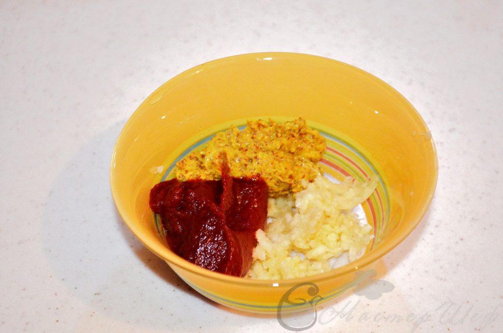 Смешиваем чеснок горчицу и томат