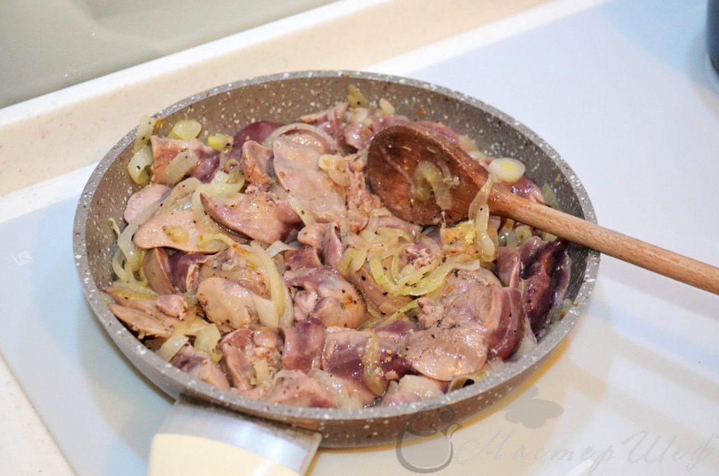 добавляем печень, соль и перец, перемешиваем, и тушим на медленном огне, под крышкой, 10 минут