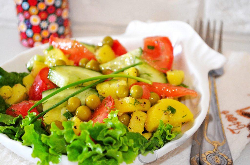 Салат с зеленым горошком и картофелем
