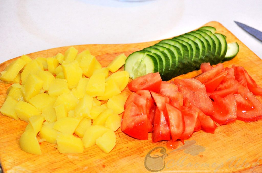 Нарезаем картофель и овощи