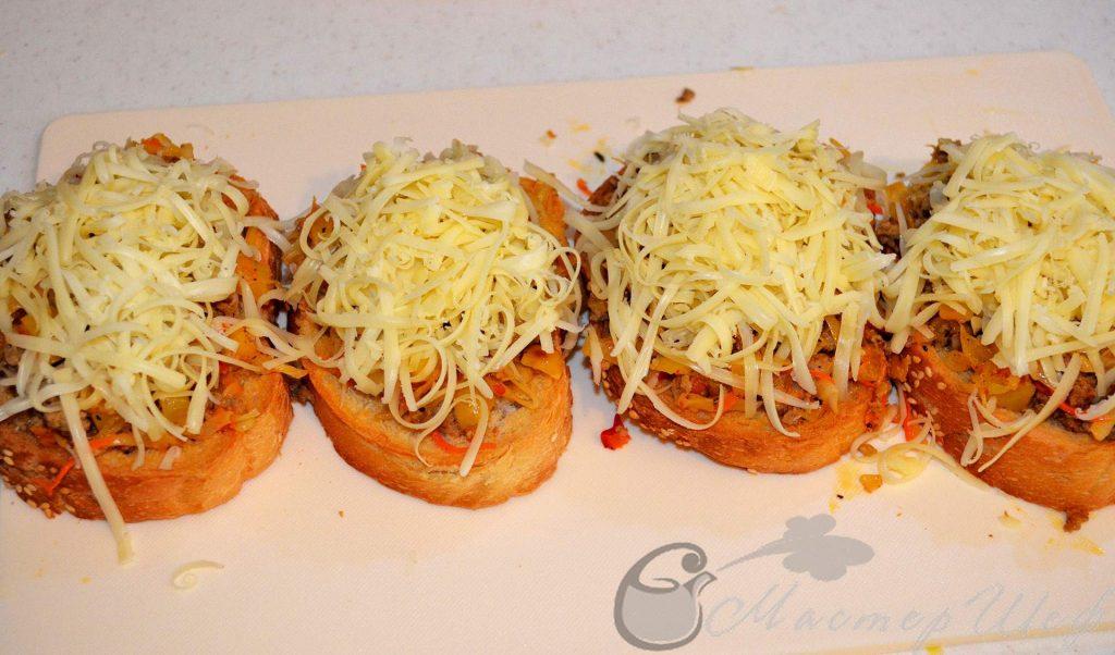 Посыпаем тертым сыром и запекаем