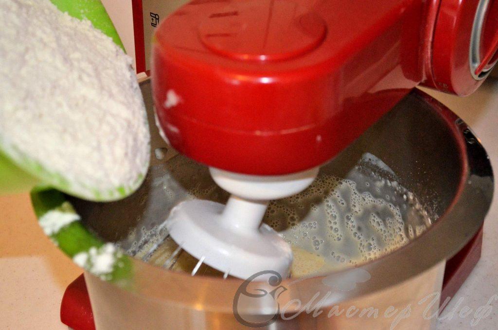 Добавляем молочно-дрожжевую смесь, затем просеянную муку.