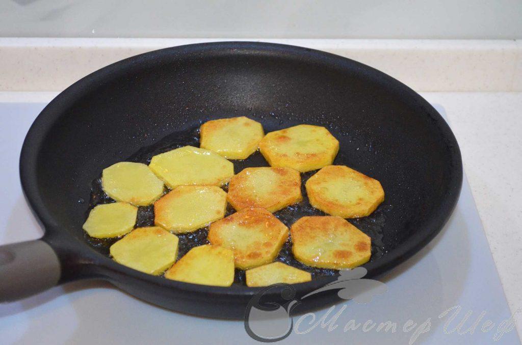 поджариваем картофель на масле