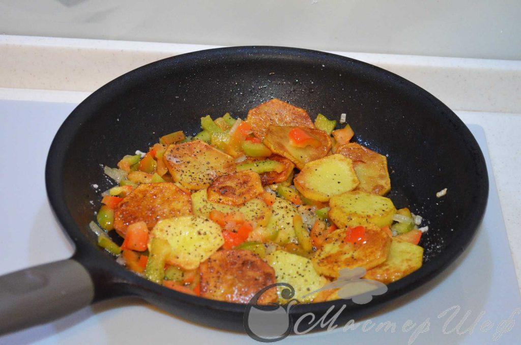 Перемешиваем ингредиенты в сковороде