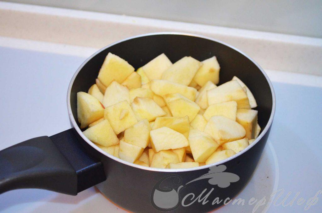 яблоки очищаем заливаем водой