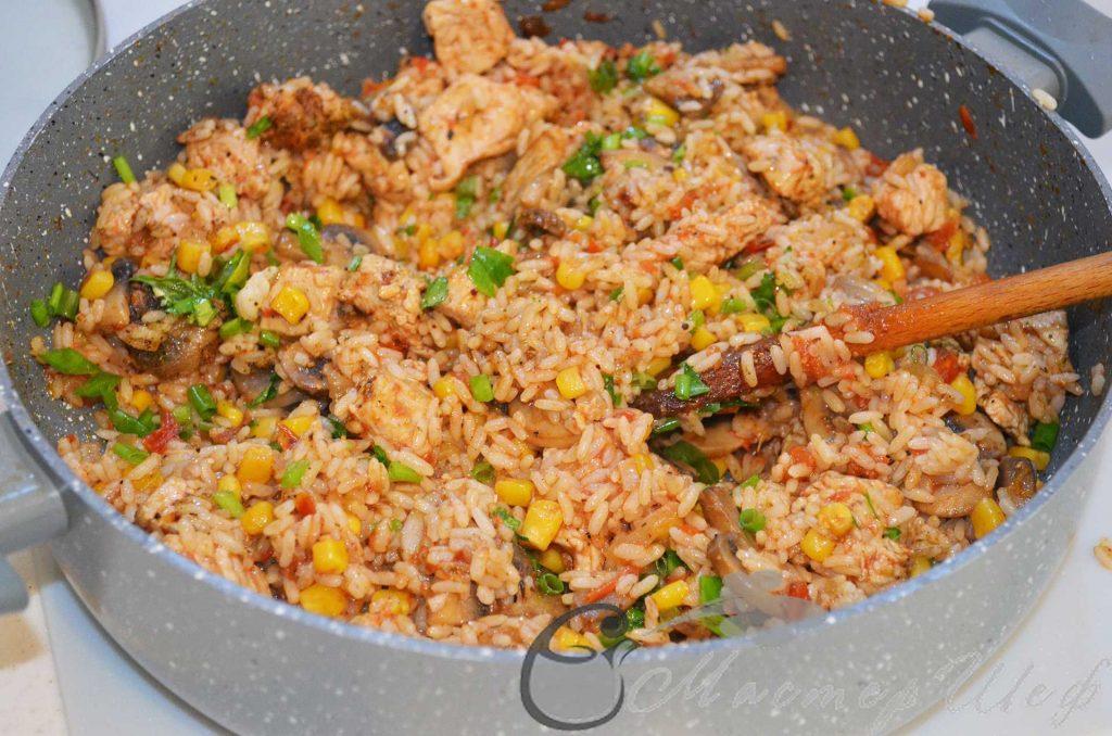 добавляем рис и посыпаем зеленью
