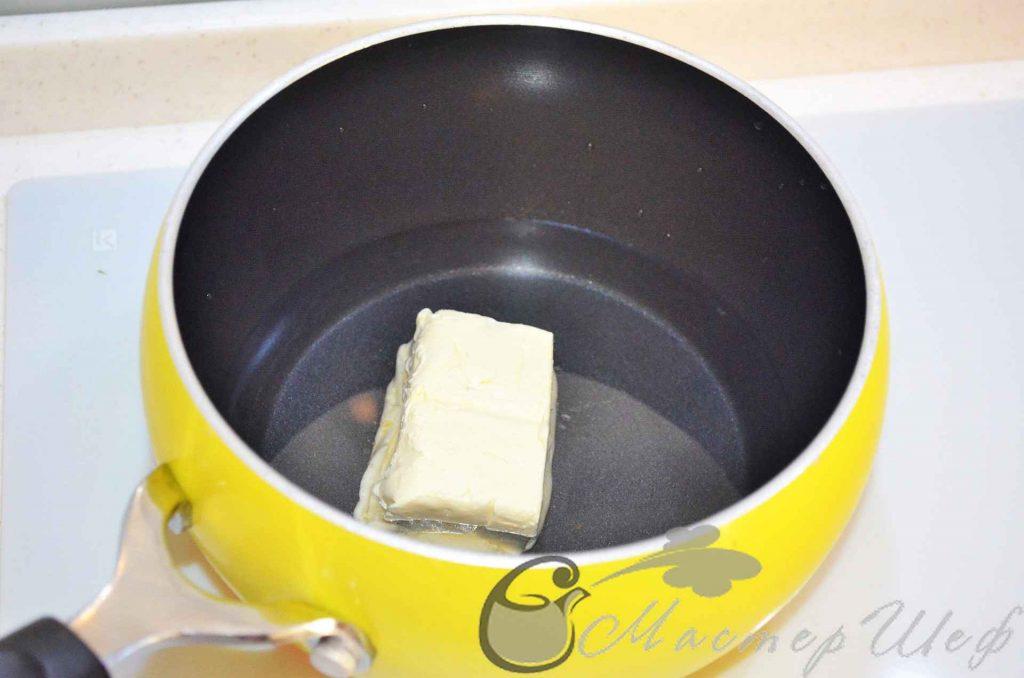 наливаем воду, добавляем масло, соль и сахар
