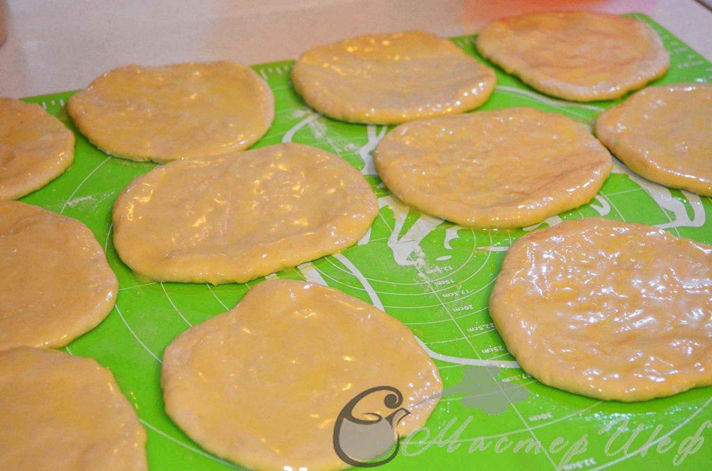 лепешки смазываем маслом