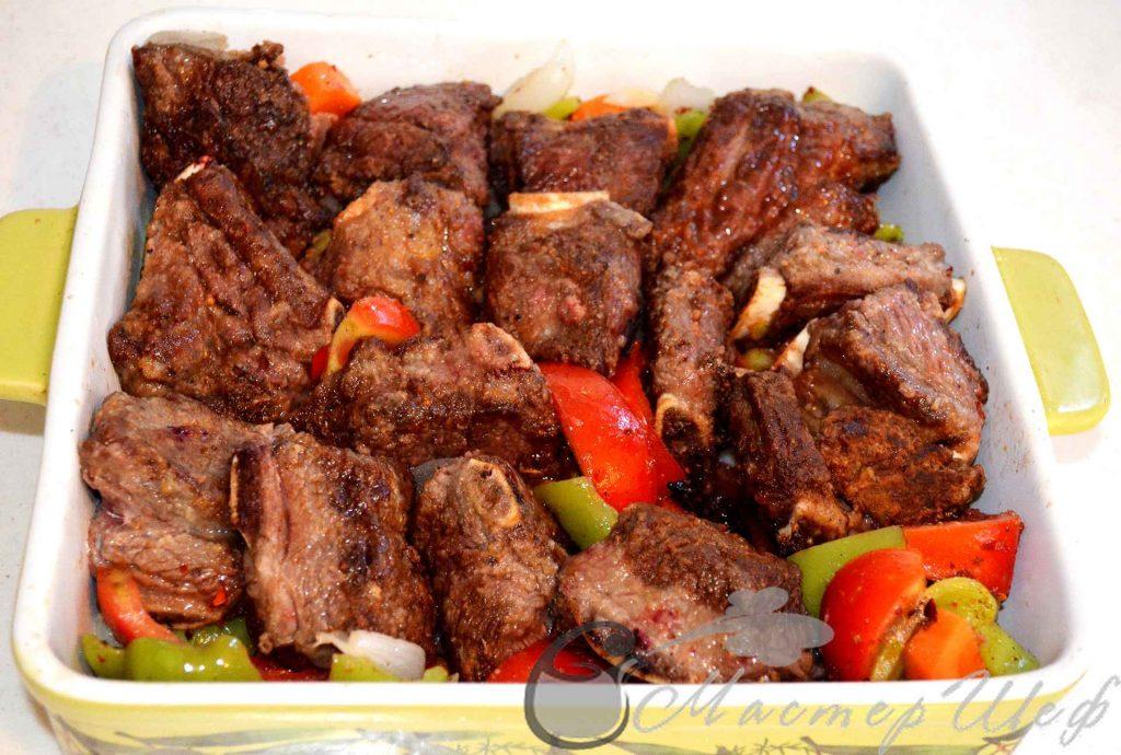 Укладываем мясо к овощам
