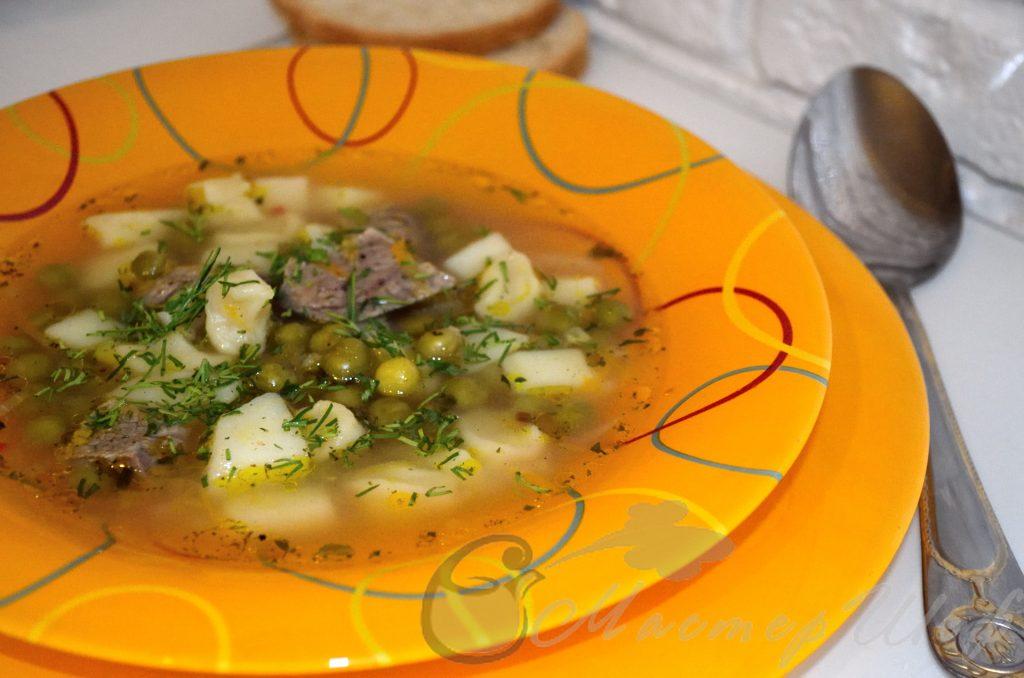 Суп с галушками и зеленым горошком