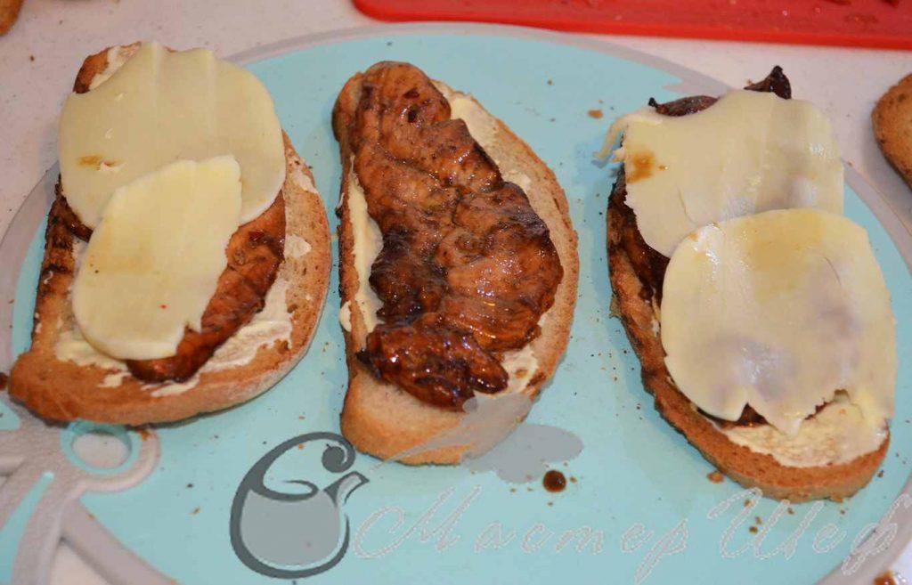 Намазываем соус на хлеб
