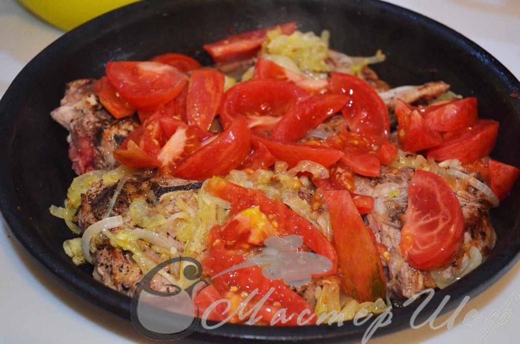 нарезанные помидоры и бульон