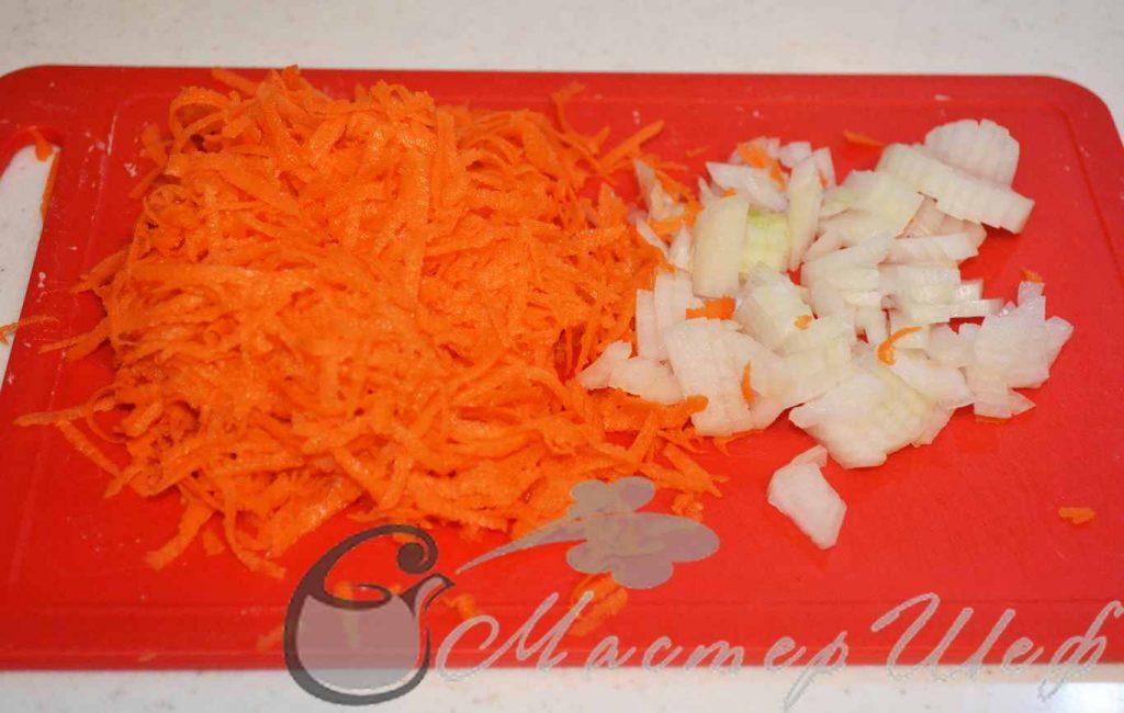 Шинкуем морковь и лук