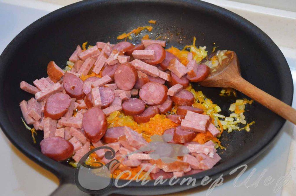 Обжариваем колбасу, добавляем кетчуп