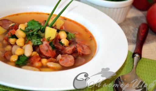 Суп с фасолью, нутом и колбасками