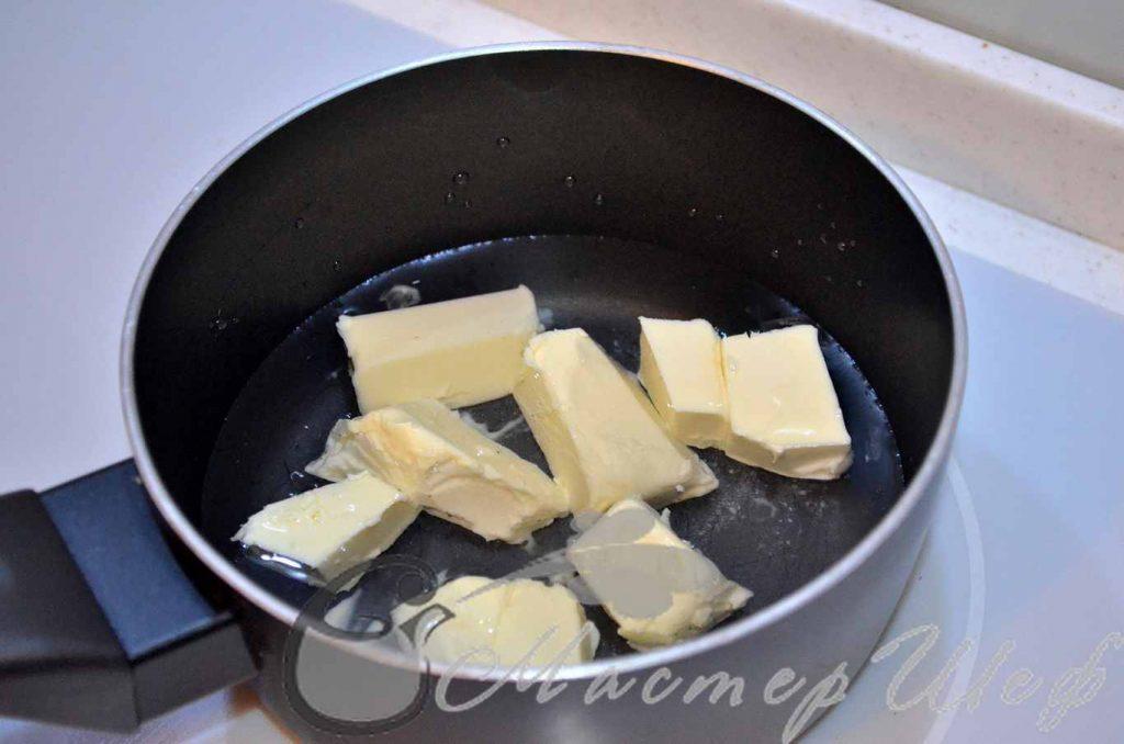 Нагреваем воду, добавляем масло и соль