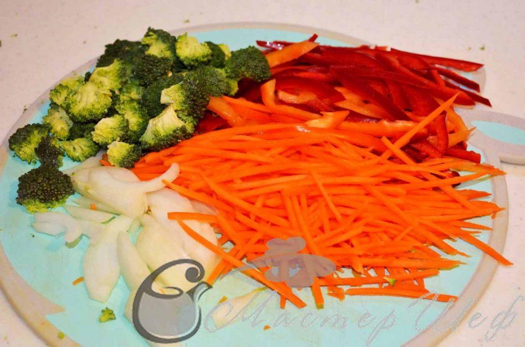 Нарезаем овощи, давим чеснок