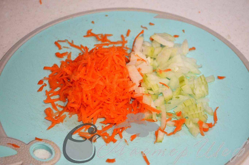 Нарезаем лук и трем морковь