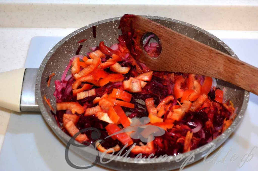 Добавляем перец и обжариваем 2-3 минуты