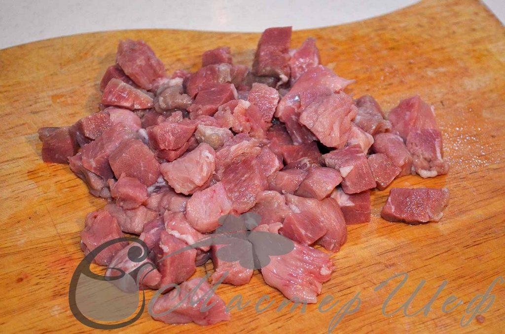 Мясо нарезаем кубиком