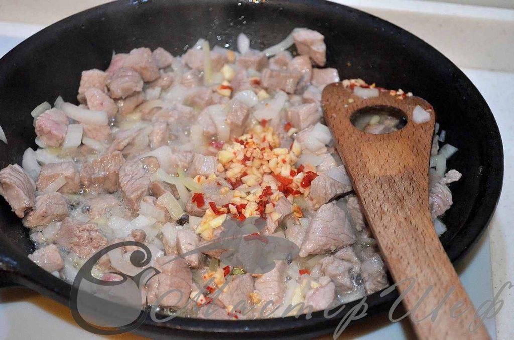 Добавляем чеснок и чили к мясу
