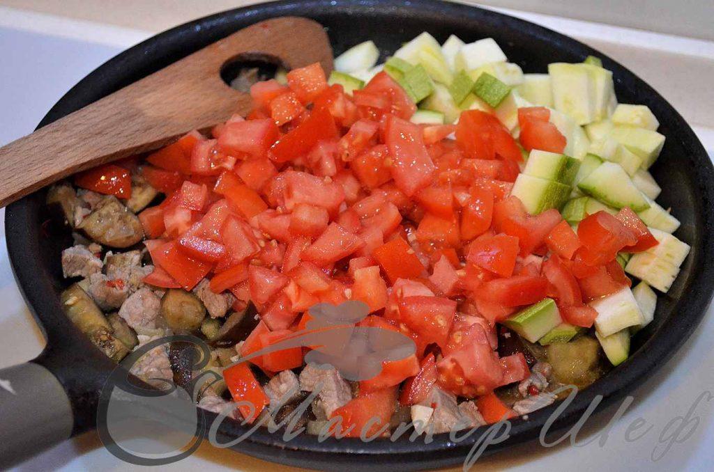 добавляем кабачок и помидоры