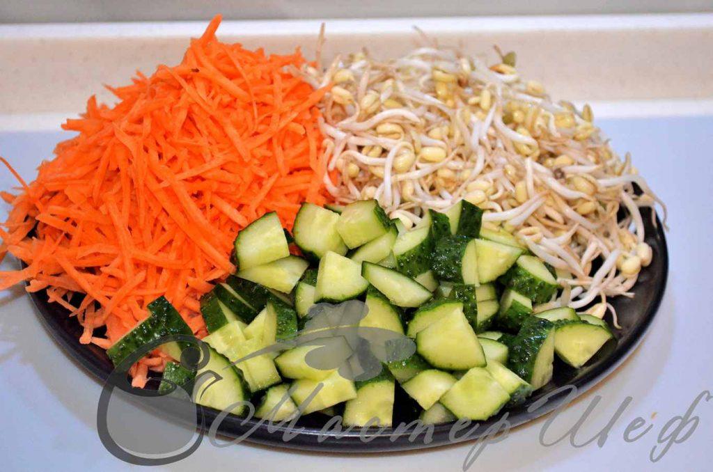 Подготавливаем огурцы, морковь и соевые ростки