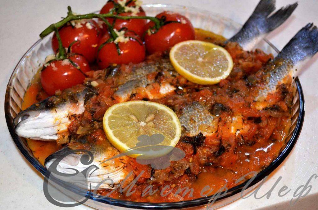 Выкладываем половину помидорной массы в форму для запекания, сверху кладем рыбу, внутрь рыбы помещаем по несколько пластинок нарезанного чеснока, и сверху выкладываем оставшиеся помидоры. Запекаем при 180 гр, 20 минут.