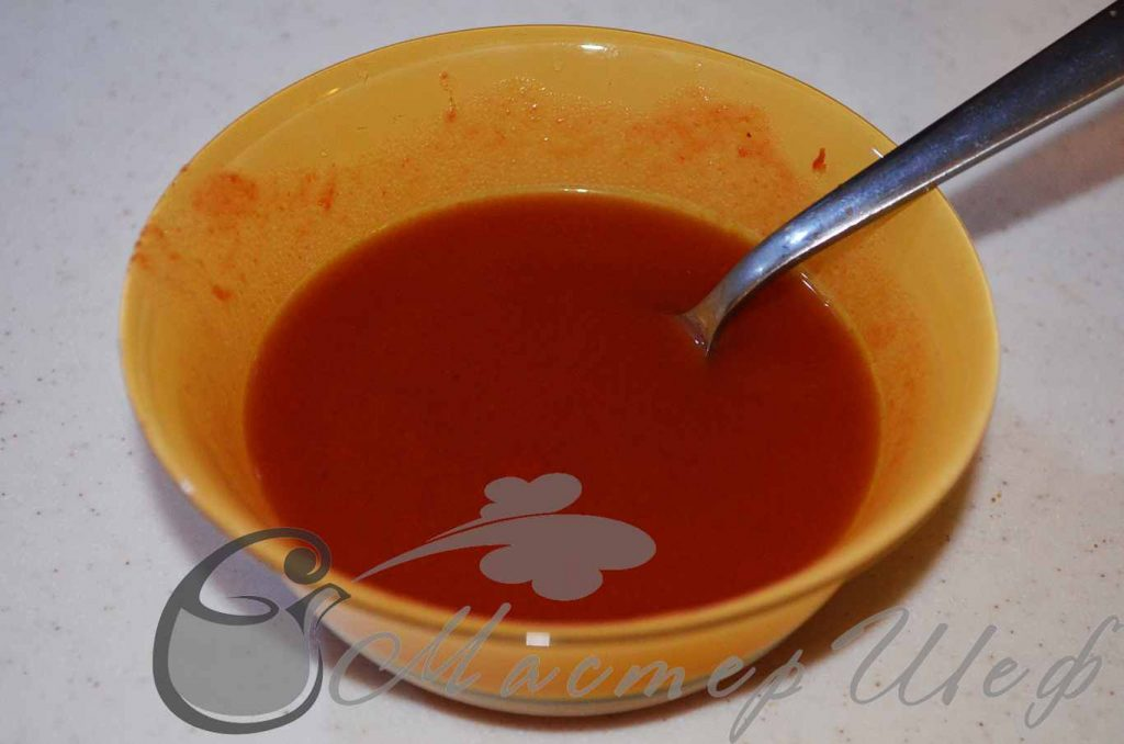 Мешаем с водой томатную пасту