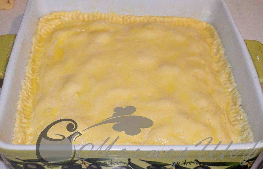 Раскатываем меньший кусочек теста и накрываем пирог, зажимаем края. Смазываем желтком и, по желанию, посыпаем кунжутом. Выпекаем при 180 гр  40-50 минут.