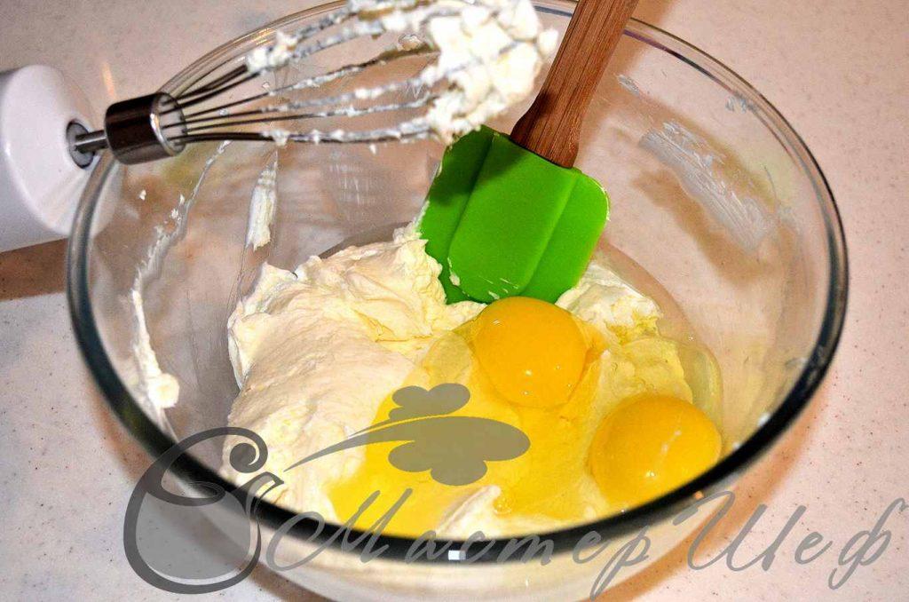 Добавляем яйца и лимонную цедру и все перемешиваем