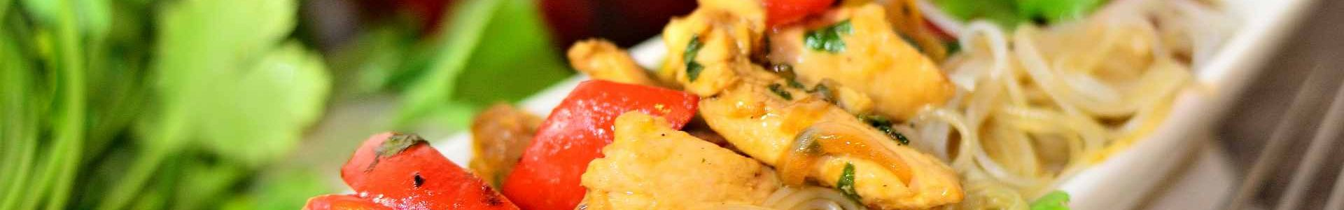 Рисовая лапша с острой курицей и перцем