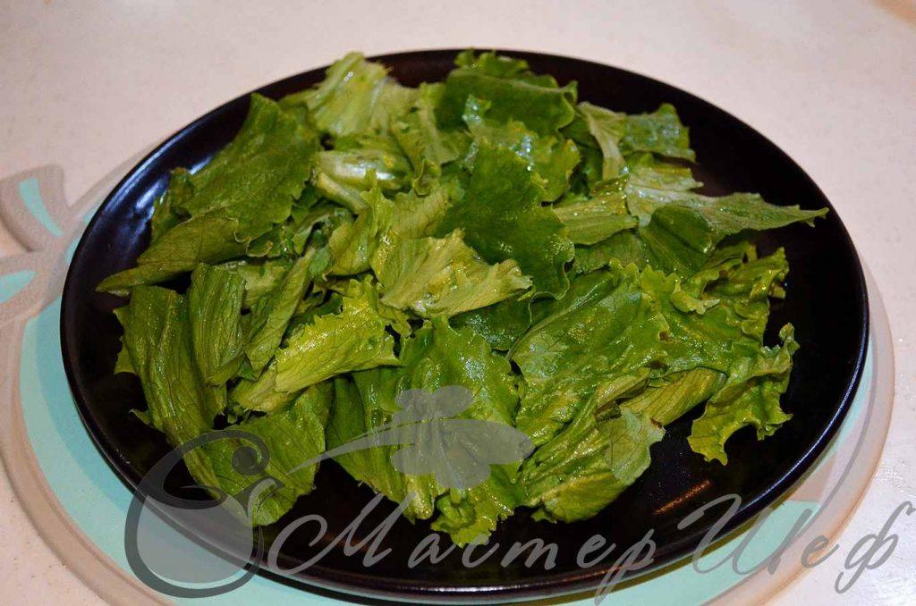 Рвем невлажный салат на части