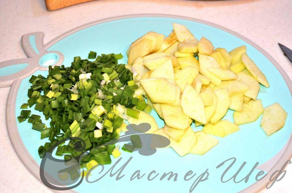 Нарезаем яблоки и зеленый лук