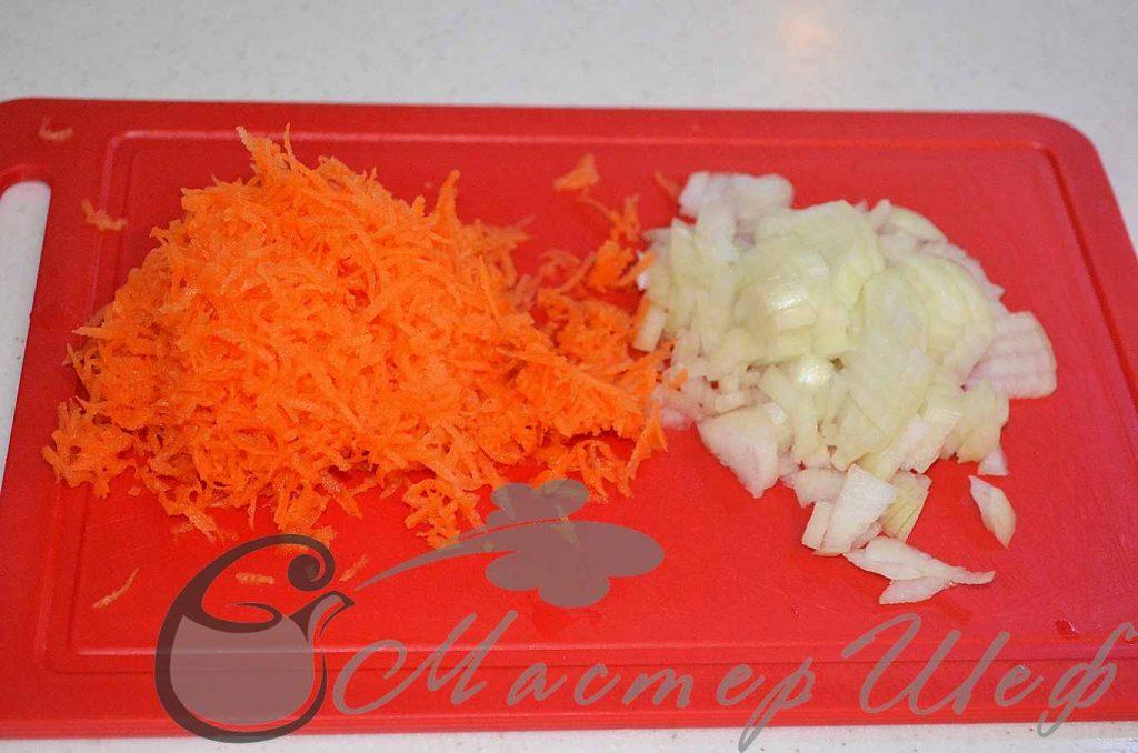 Нарезаем лук, натираем морковь