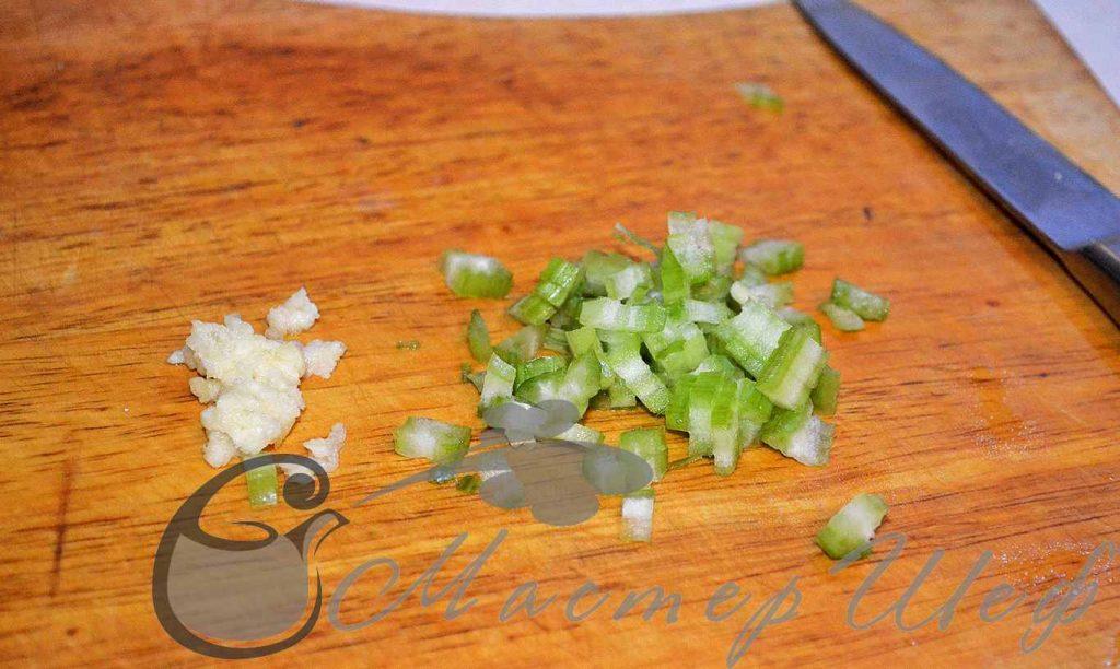 Нарезаем мелко сельдерей и давим чеснок
