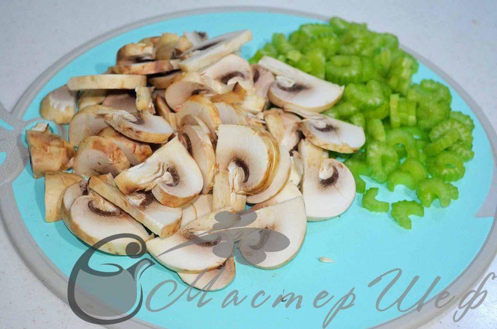 Нарезаем сельдерей и грибы