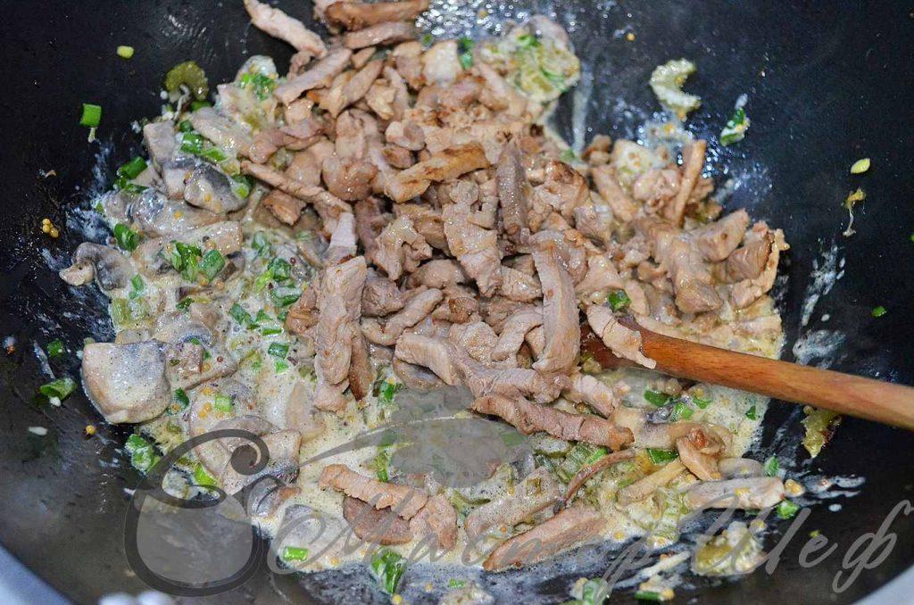 Добавляем мясо, через пару минут кидаем кинзу