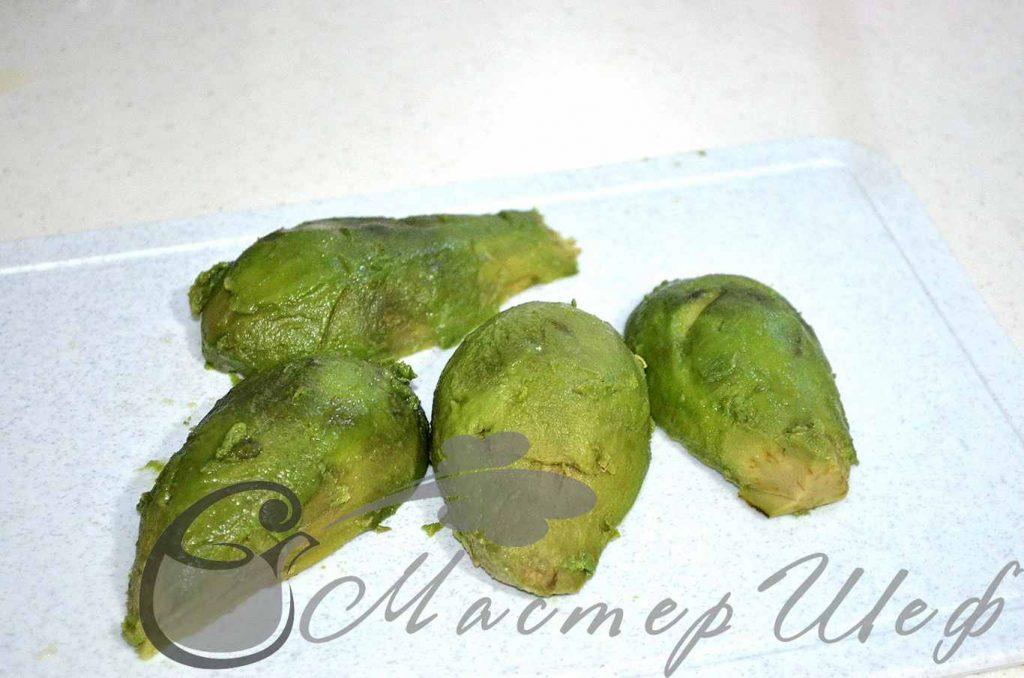 Очищаем авокадо