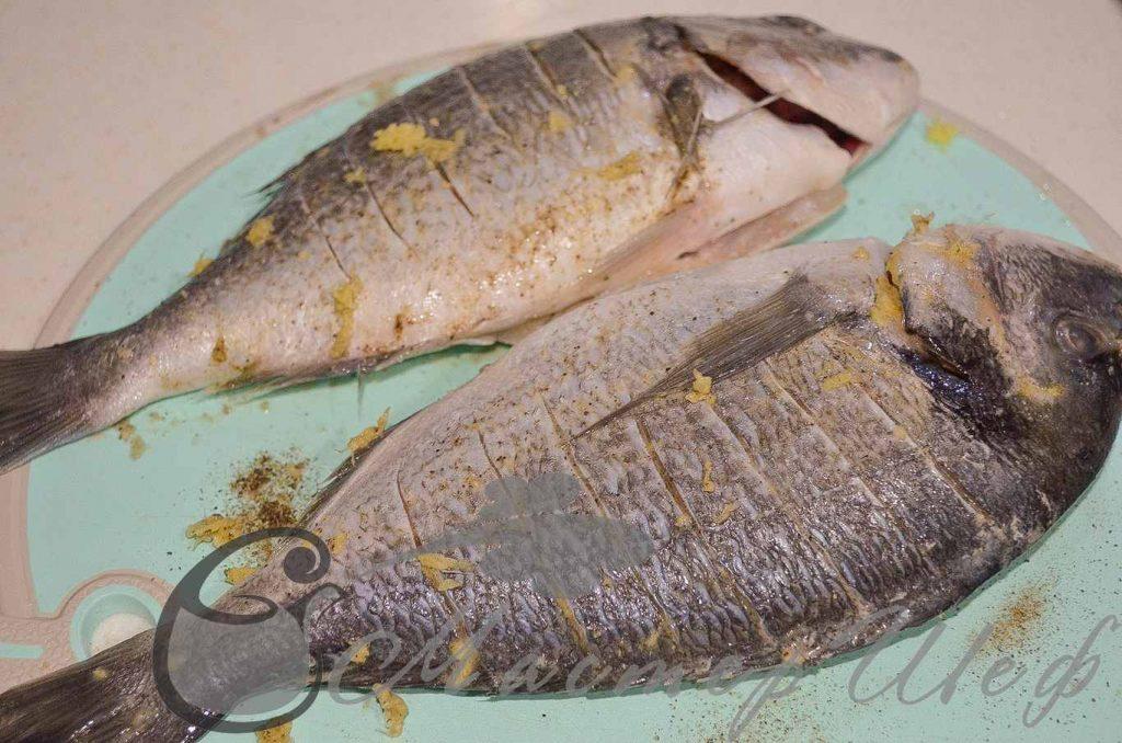 Делаем надрезы на рыбе, натираем солью, перцем, натертым имбирем