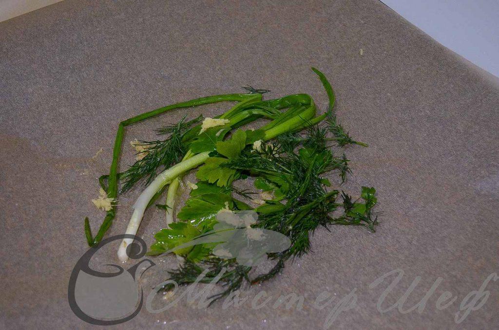 На пергамент выкладываем зелень и остальной имбирь