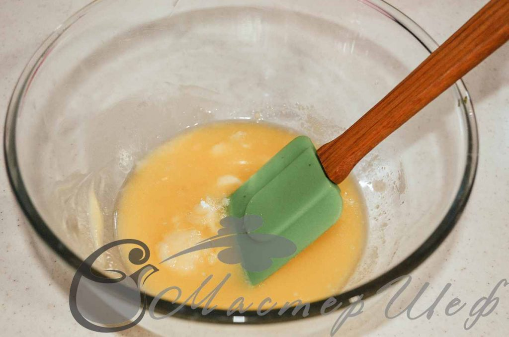 Растопленное сливочное масло смешиваем с сахарной пудрой и солью.