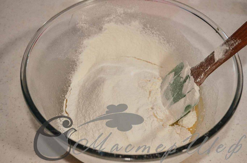 Добавим муку и замесим мягкое песочное тесто.