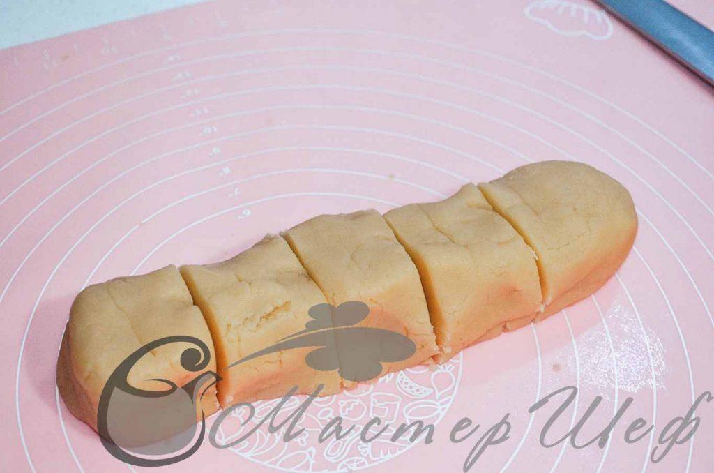 Охлажденное тесто делим на 5 равных частей