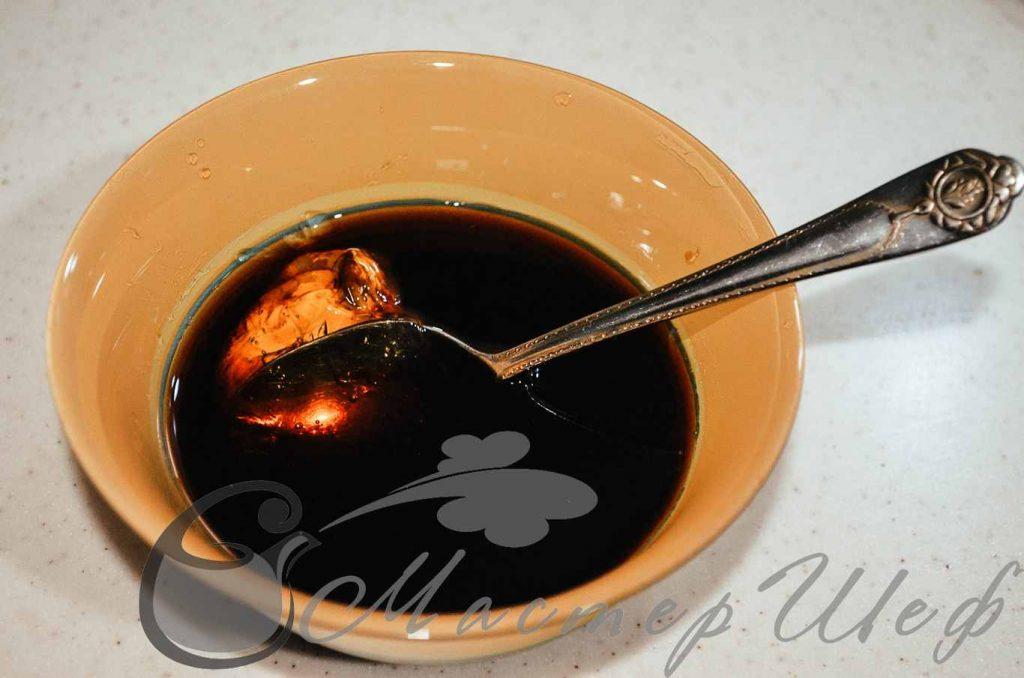 Смешиваем мед, соевый соус, вино и рисовый уксус.