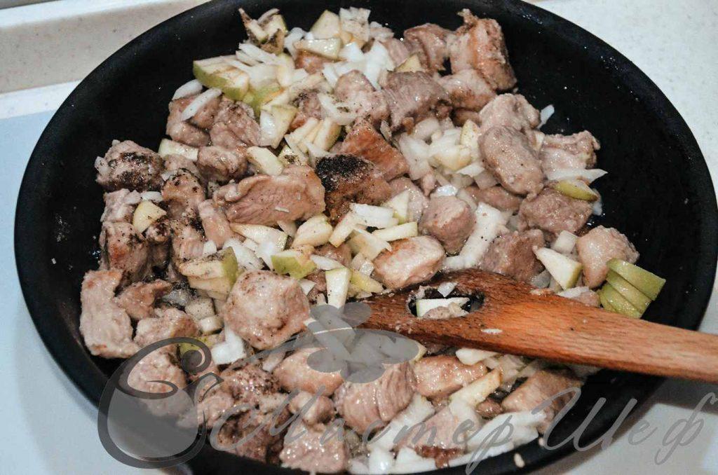 Слегка обжариваем мясо, добавляем яблоки, лук, соль, перец. Жарим 10 минут.