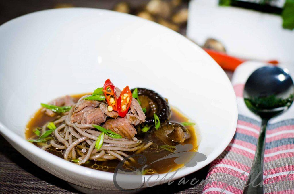 Соба со свининой и грибами шиитаке по-азиатски
