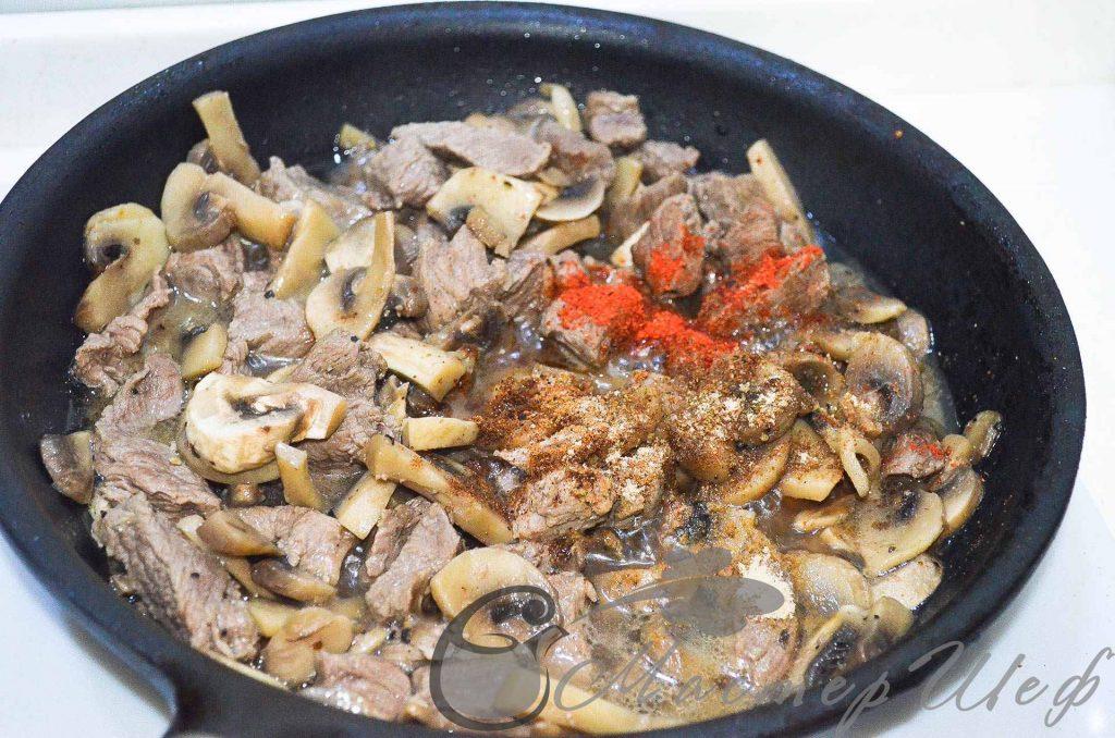 Через 30 мин добавляем соль, перец и специи