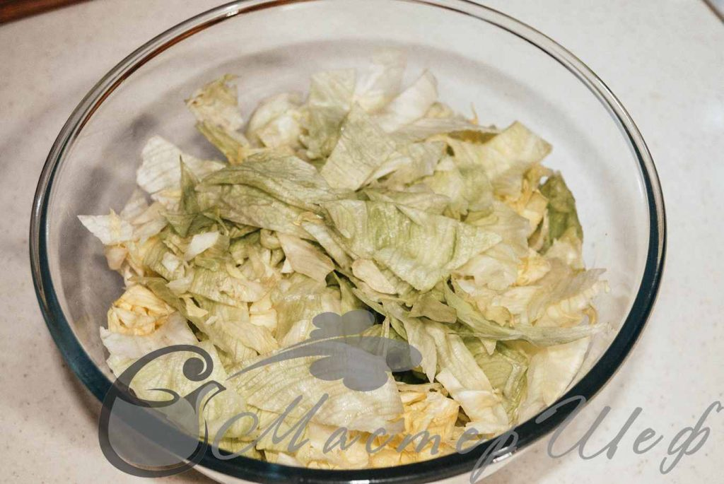 Нарезаем крупно салат